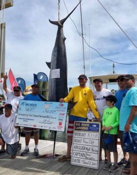 The crew of Run-Off poses with the winning blue marlin.